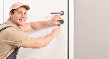 Schlosser installiert neues Türschloss